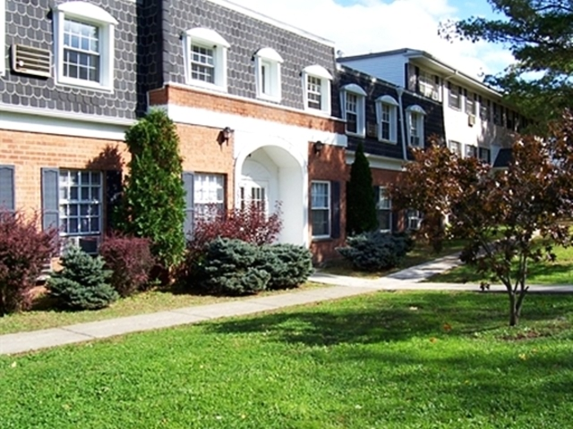 5000 Oak Crest Courtyard Syracuse NY Apartment for Rent