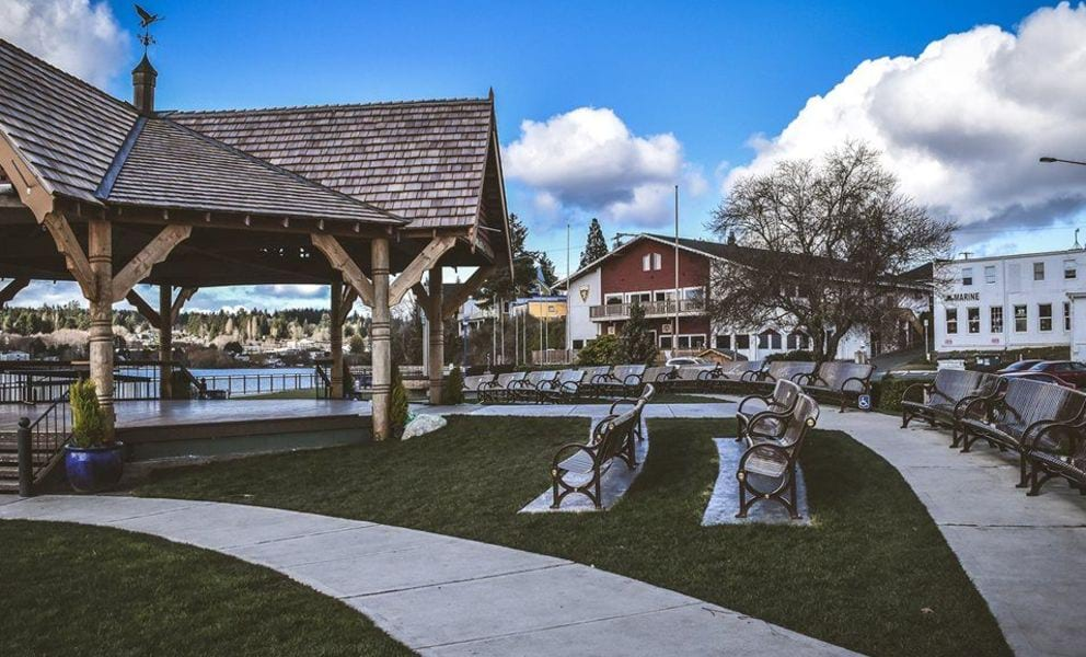 Stock image of Poubloso town square facing pier.