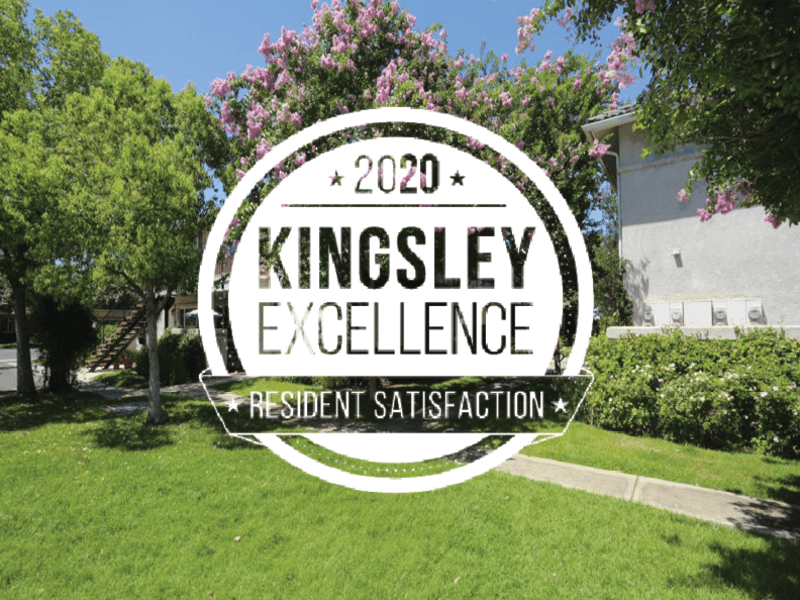 Image of the courtyard with the 2020 Kingsley Excellence Award logo for resident satisfaction