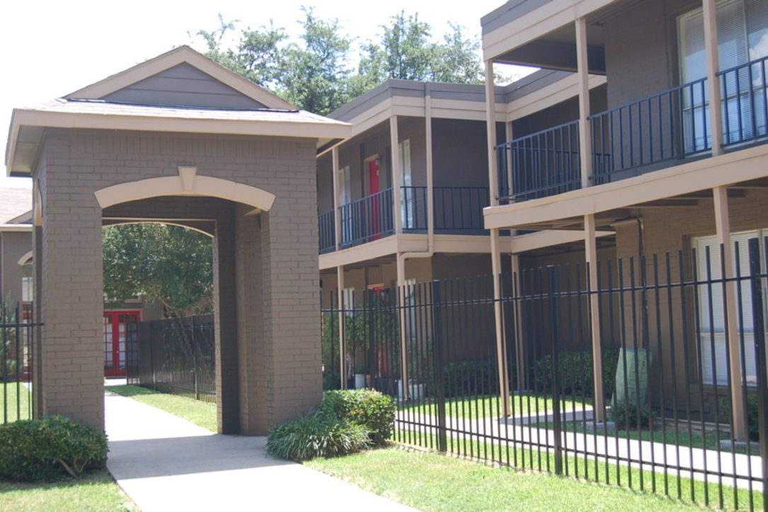Las Terrazas Apartments in Far North Dallas